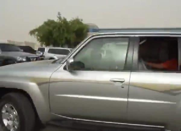 後部座席から運転する Ali 氏