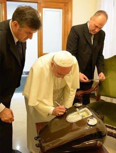 タンクにサインをする法王  このバイクで事故は起こせない?