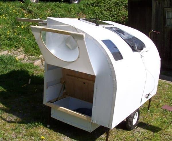 屋根上に設置されているのはソーラー発電機で、  その下に置かれているのはシャワーヘッド付きのソーラー湯沸かし器