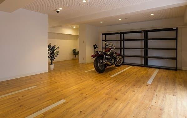 完全室内バイク置場を7区画分用意