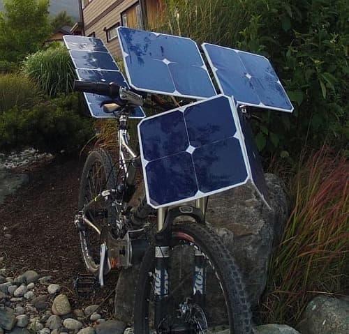 SolarCross には、32枚の太陽電池が搭載されている