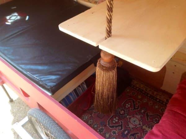 室内のどこにでも移動可能なフローティングテーブル  足元にはストレージが見える