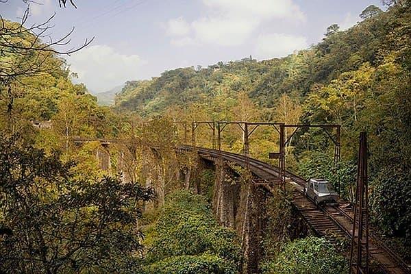 鉄道の線路上を走行可能な「SEFT-1」