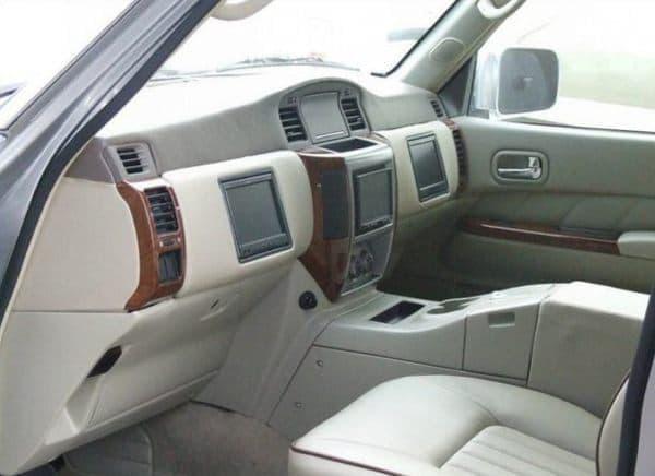 フロントシートは計器などが何もない、がらんとした空間に