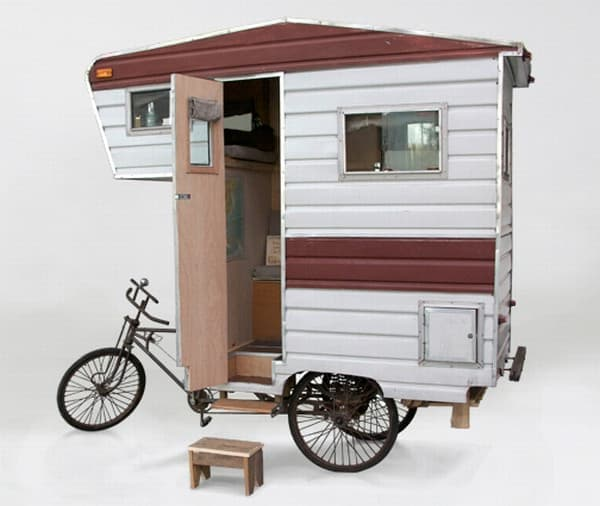 「Camper Bike」内部には、生活に必要な最小限のものが装備されています