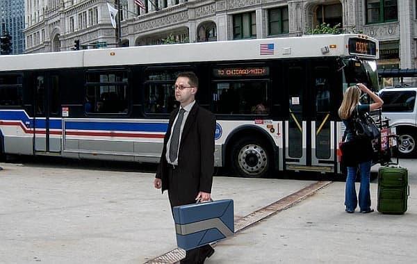 「COMMUTE-CASE」であれば、電車やバスに遠慮なく持ち込めます