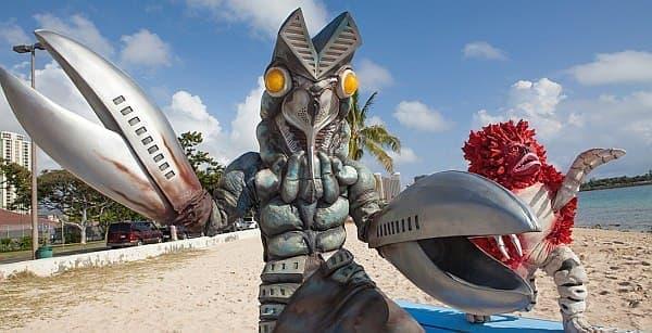 サーフィンに挑戦するバルタン星人とピグモン
