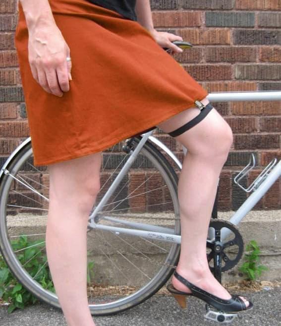 スカートがめくれるのを押さえてくれる「SKIRT GARTER FOR BIKING」