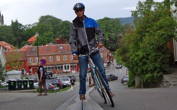 ノルウェイのトロンハイムに設置された自転車用エスカレーター「Trampe CycloCable」