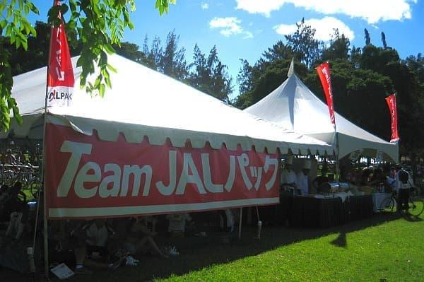 スタート地点には「Team JALパック」専用テントを設置  参加者向けにワセリン、日焼け止め、空気入れなどを用意
