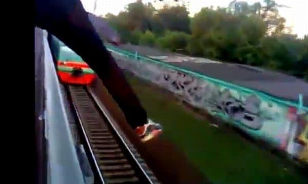 悪ふざけの例:対向車両に向けて足を投げ出す