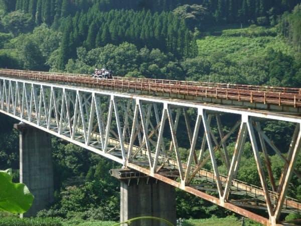 水面からの高さ105メートル、橋長352.5メートルの「高千穂鉄橋」を走行できる