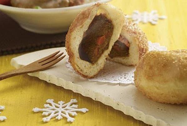 「炭火焼肉たむら」とのコラボメニュー「焼肉たむらのお肉が入ったカレーパン」