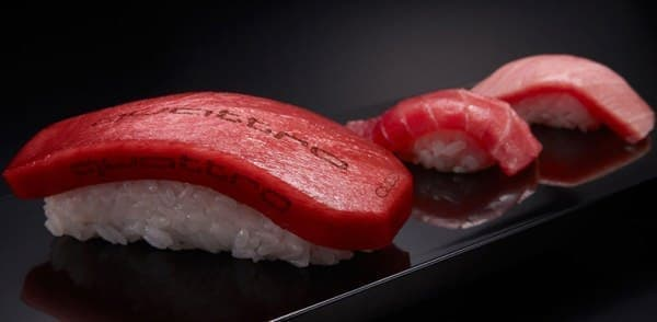 左から、「クアトロ」「中トロ」「大トロ」  「クアトロ」は、従来型の鮨に比べ、高い空力特性を持つ