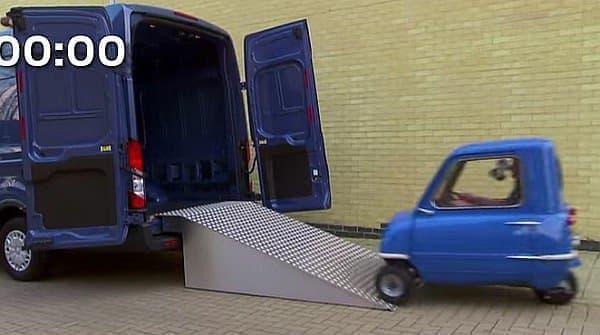 「Transit Van」の荷台に突っ込んだ P50 は