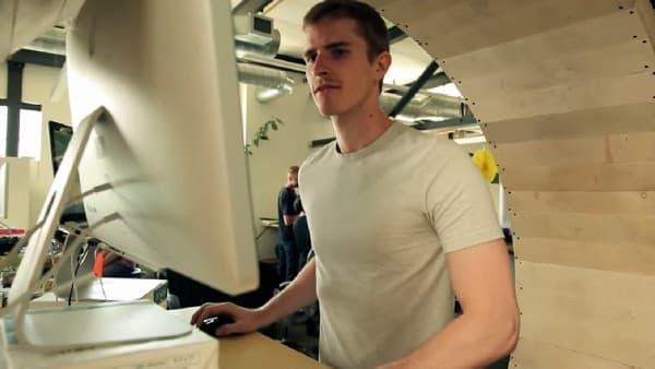 「Hamster Wheel Standing Desk」を使用し、歩きながら仕事をする Robb Godshaw 氏