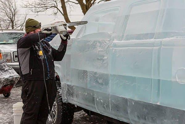 氷のピックアップトラックは、これまでで一番困難な彫刻だったそう
