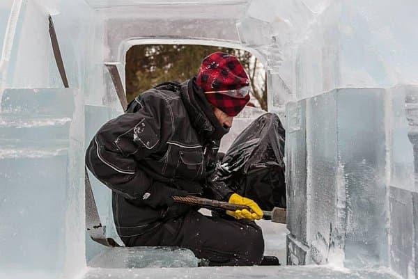 内装をノミで掘り出す Iceculture の彫刻師さん