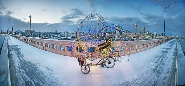 電飾で飾り付けた三輪車「Twinkling Tricycle」