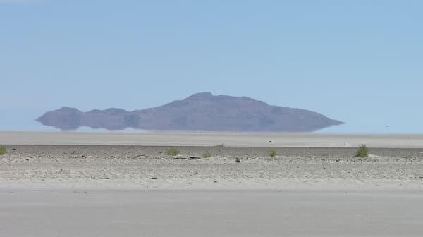 蜃気楼の例(米国ユタ州で発生したもの)  (画像出典:Wikipedia)