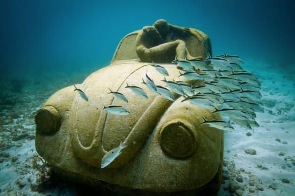 フォルクスワーゲンビートル型をしたセメント彫刻「Anthropocene」