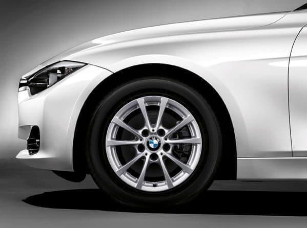 ドライブトレインには、2.0L 直列4気筒 BMW ツインパワー・ターボ・エンジンと