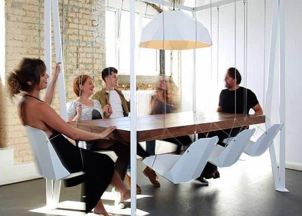 ダフィーロンドンの「Swing Table」  テーブルが長方形なので、えらい人の座る場所は  なんとなく決まってしまいます