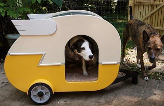 Jumahl さんが製作した「Indoor Camper Doghouse」  羽根や塗装などで「Shasta Camper」を再現しています