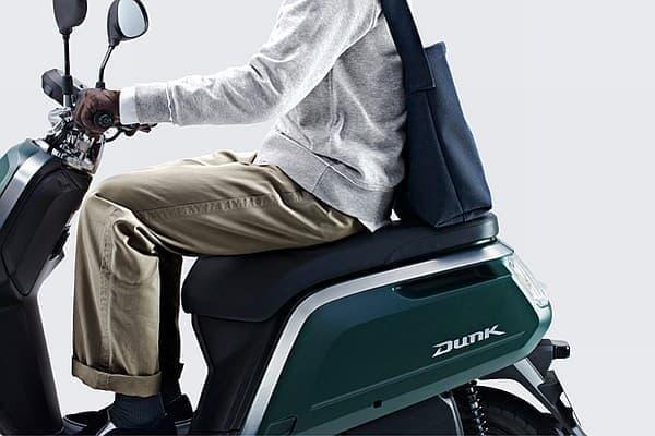 着座位置の自由度が高いロングシートや  フラットで広いフロアを採用