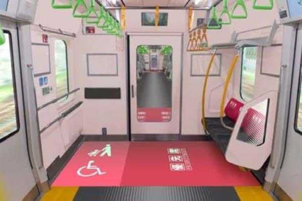優先席、フリースペースは、高い視認性を持つカラーリングとなる