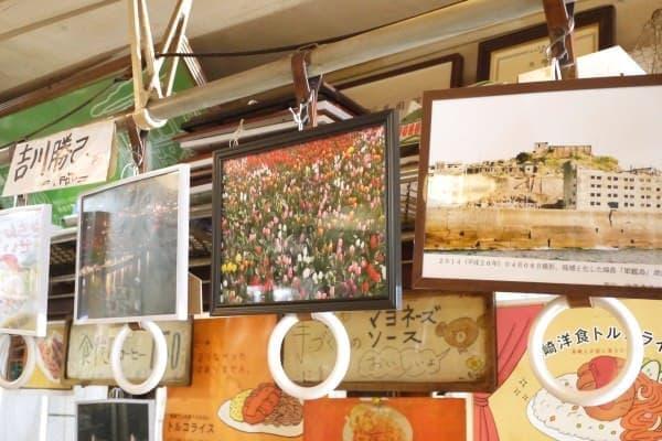 観光名所の写真がくくりつけられているのは、吊革