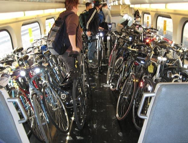 Caltrain には多くの自転車通勤者が自転車を持ち込む  (出典:San Francisco Bicycle Coalition)