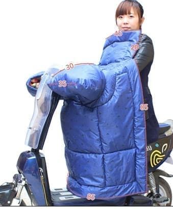 ブランケットは、着用者のゴージャスな服装を覆い隠すことはない  てか、中国の娯楽って、いまもマージャンなの?