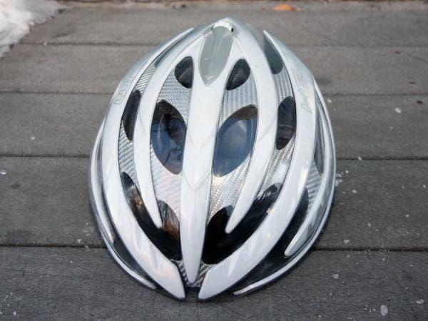 ヘルメットに装着した状態  遠くからでは装着されていることはわかりません