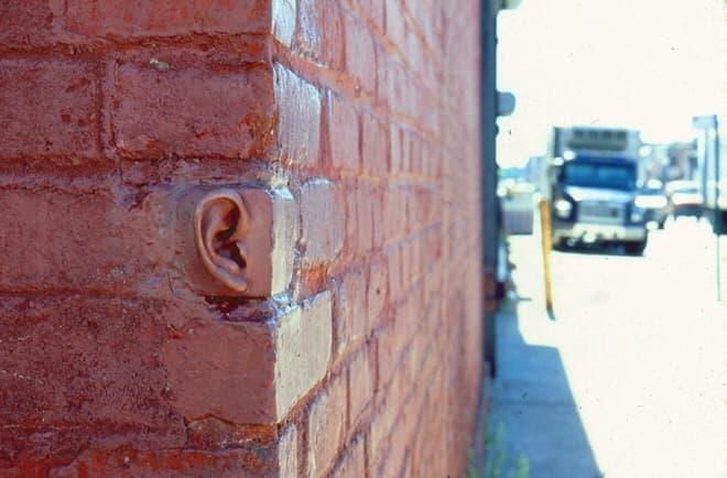 """ニューヨークブルックリンに設置された作品「body/brick」   """"壁に耳あり""""?"""