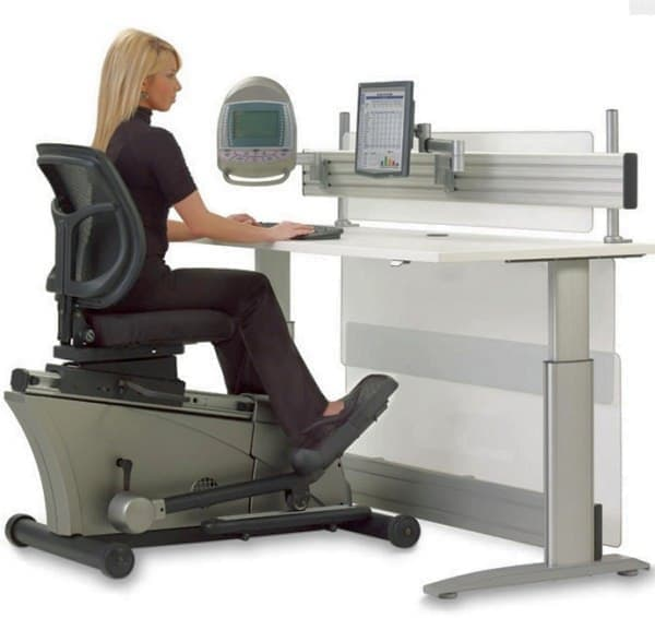 HAMMACHER SCHLEMMER の販売する「Elliptical Machine Office Desk」  価格は8,000ドル  ジムに行った方が安い?