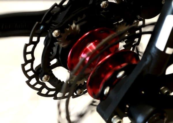 ペダルと前輪の間には変速機が装着されている