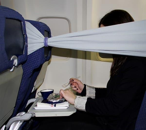 機内での食事、読書、映画の鑑賞で、  (出典:designboom)