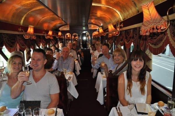 シャンパンで乾杯  (出典:トラムカー・レストラン公式 Facebook ページ)