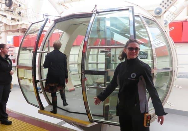 未来の乗り物みたいなカプセル