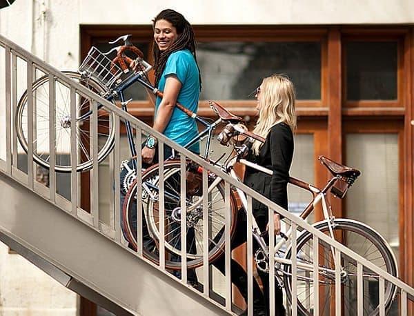 歩道橋を渡るときには、「Bicycle Frame Handle」は便利