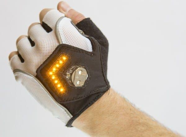 右手の手袋は右方向の矢印が点灯する