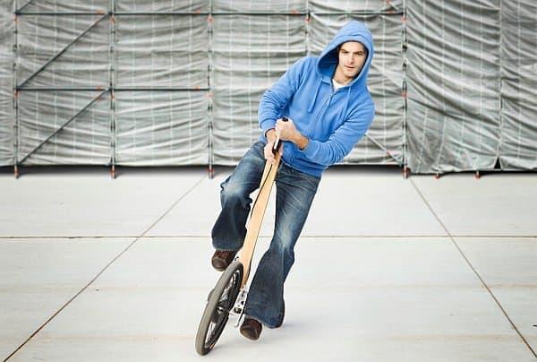 「Halfbike」は、セグウェイのように体重移動で方向転換します