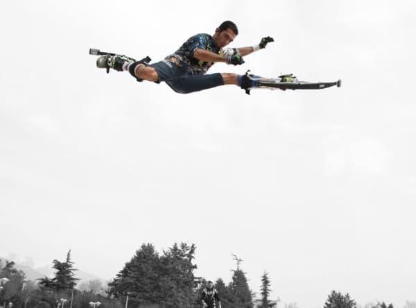 吸収したエネルギーをバネに蓄え、ジャンプするエネルギーに転換  驚異的な高さのジャンプを可能にします。