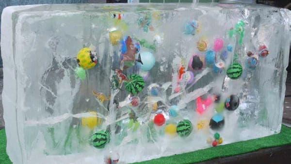 氷の中にいろいろなものが入っているよう