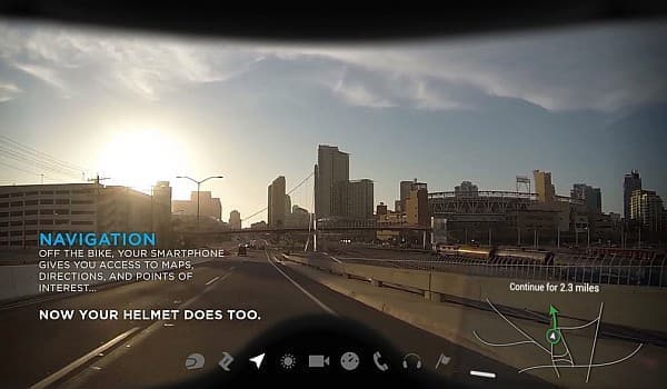 「NUVIZ Ride:HUD」は、シールドにライダーが必要とする様々な情報を投影する