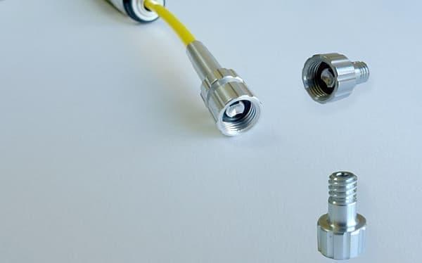 柔らかいホースの先には、特許出願中のコネクタが取り付けられる