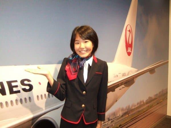 憧れの制服を着て写真撮影  (協力会社:日本航空)