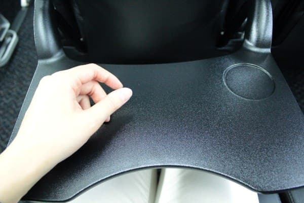 中央が湾曲した形状のテーブルは身動きしやすい