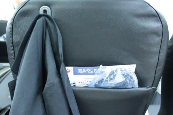 前面には荷物ポケットとジャケットハンガーを装備